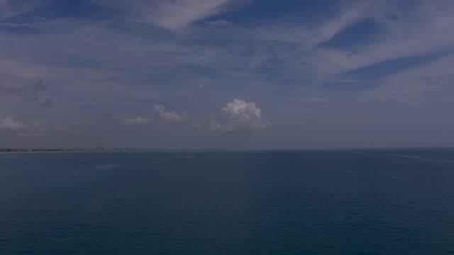 vidéos et rushes de waves ripple through the gulf of mexico off the coast of florida. - golfe du mexique