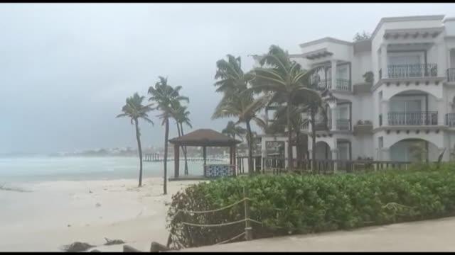 vídeos y material grabado en eventos de stock de waves slam into the shore as strong gusts of wind sway palm trees in playa del carmen, one of mexico's most famous beach resorts, ahead of the... - playa del carmen