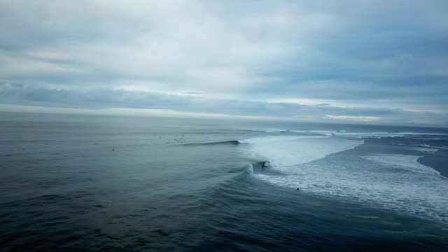 vídeos de stock e filmes b-roll de waves slowly rolling toward edge of island in pacific - pairar