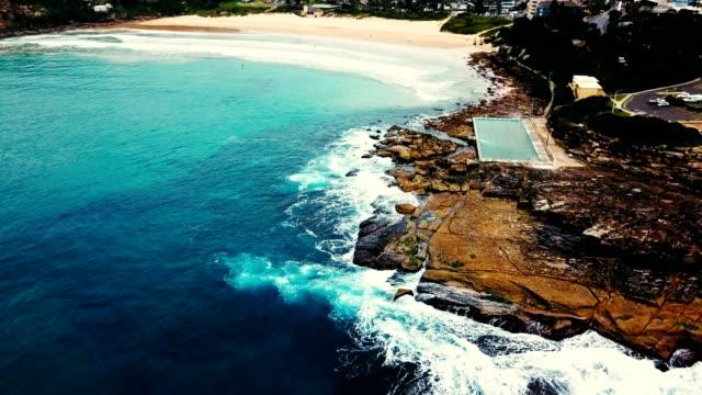 vídeos de stock, filmes e b-roll de ondas chocavam contra o penhasco na austrália - praia de bondi
