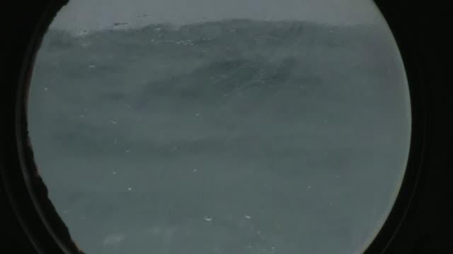 vidéos et rushes de waves splash against the porthole of a ship. available in hd. - hublot