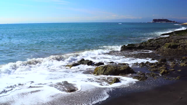 岩場の海岸に波が飛び散る - 相模湾点の映像素材/bロール
