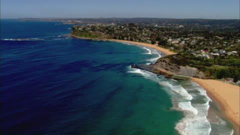 vídeos y material grabado en eventos de stock de ws aerial waves splashing onto shore of northern beaches, sydney, new south wales, australia - coastline