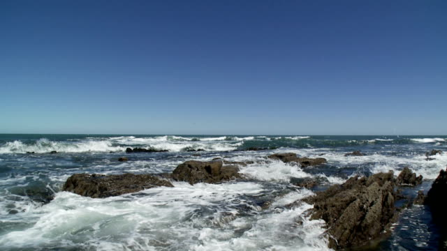 Wellen planschen über Rocks.