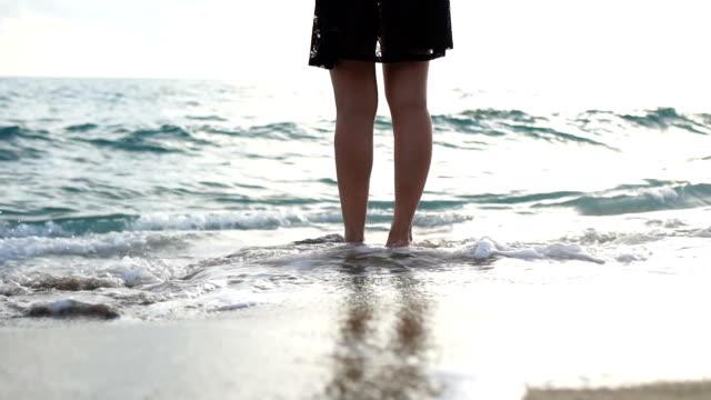 wellen, die ihre füße im sand berühren - fußabdruck stock-videos und b-roll-filmmaterial