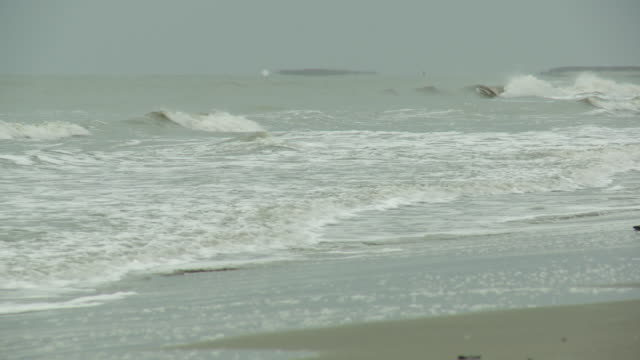 stockvideo's en b-roll-footage met waves wash onto the sand at grand isle beach. - gulf coast states