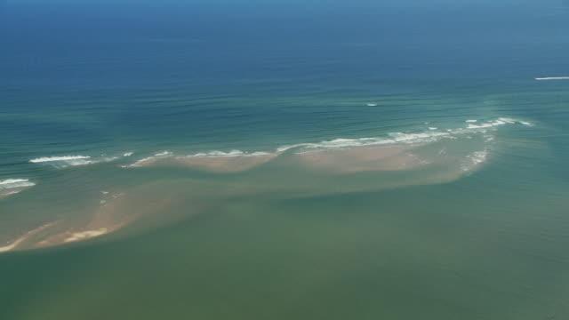 vídeos de stock e filmes b-roll de waves wash over a sandbar in the atlantic ocean. - banco de areia