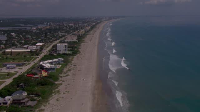 vidéos et rushes de waves wash up on the beaches of tampa, florida. - golfe du mexique