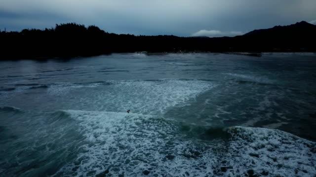 vidéos et rushes de vagues de lavage vers le littoral dim par drone - plat