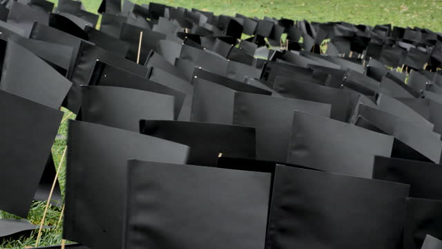 vidéos et rushes de waving black flags mark 6000th hungarian victim of coronavirus on december 09, 2020 in budapest, hungary. the improvised monument was erected by the... - culture hongroise