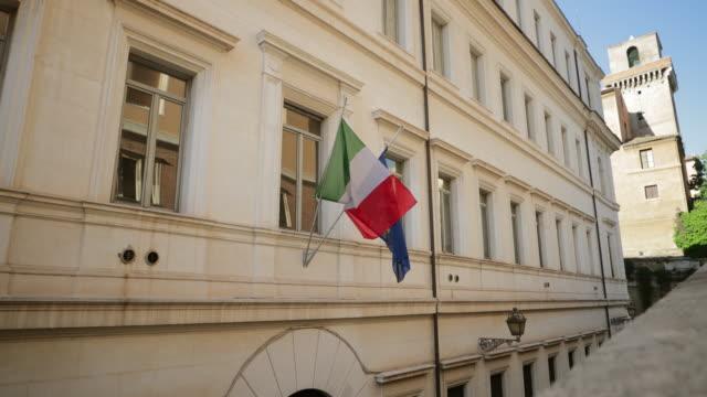 schwenkende flaggen - italienische flagge stock-videos und b-roll-filmmaterial