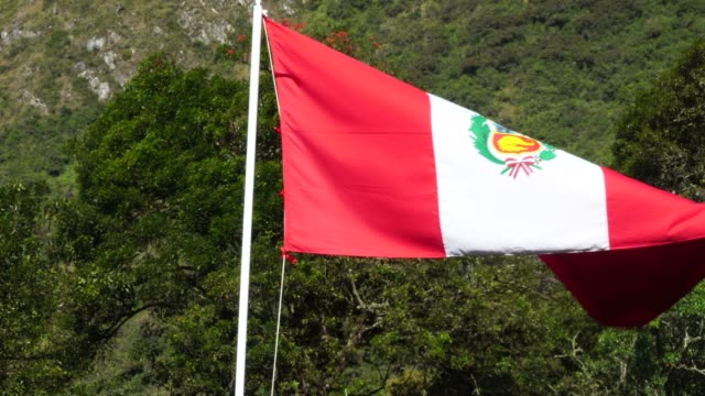 waving peruanische flagge - flagge stock-videos und b-roll-filmmaterial