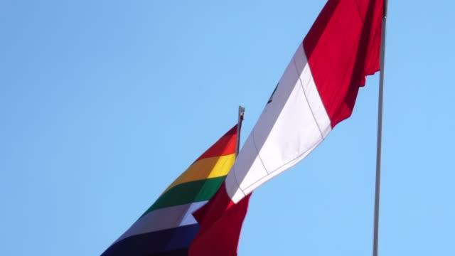 vídeos de stock e filmes b-roll de waving peruvian flag - cultura sul americana