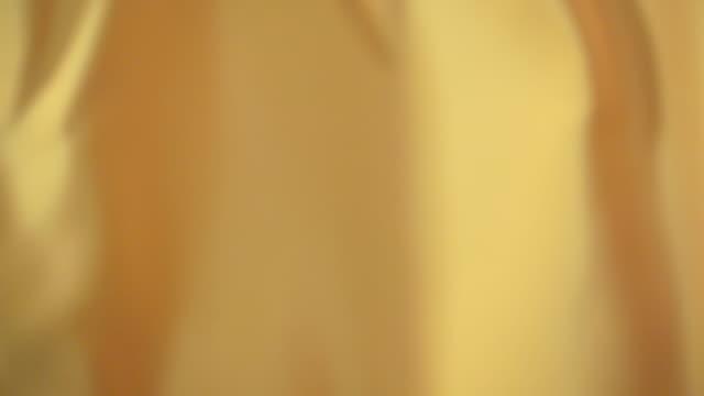 vidéos et rushes de satin jaune ondulant - soie