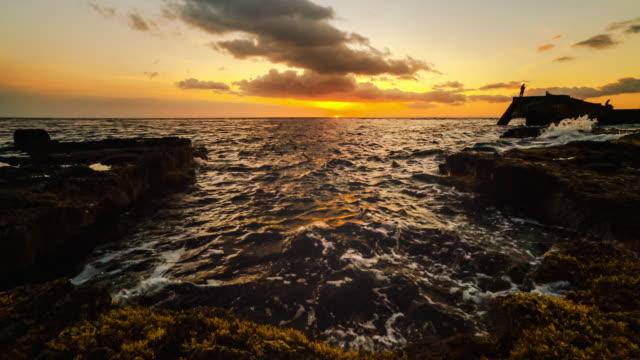 wawaloli beach park sunset - crepuscolo video stock e b–roll