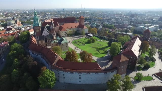 wawel royal castle - kirchturmspitze stock-videos und b-roll-filmmaterial