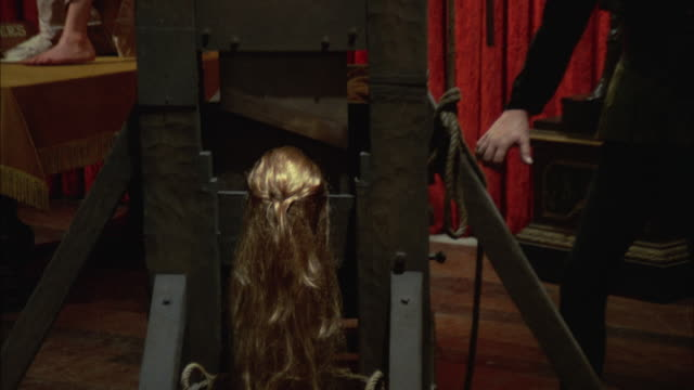vídeos de stock e filmes b-roll de 1966 cu zo ws wax figure of woman with head in guillotine and executioner in wax museum - guilhotina