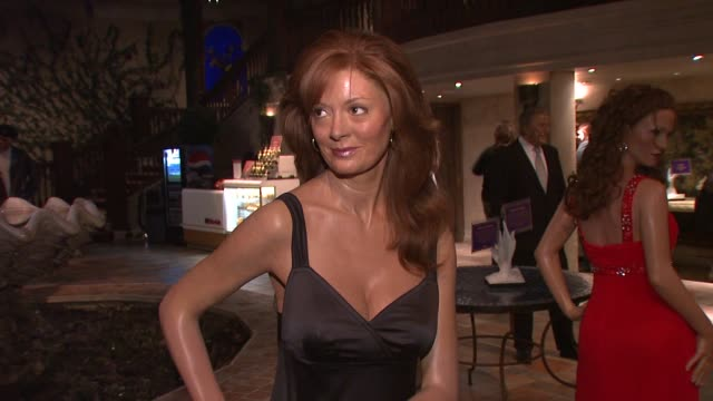 vídeos de stock e filmes b-roll de susan sarandon at the carrie underwood unveils her wax statue at madame tussauds at new york ny - madame tussauds