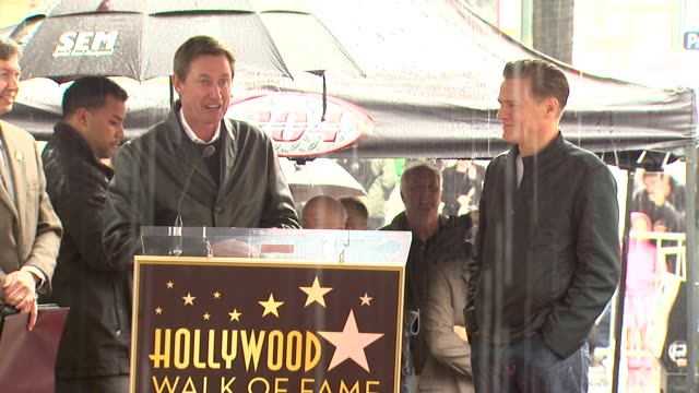 vidéos et rushes de wayne gretzky on being a fan of bryan adams and on bryan adams being a great canadian at the bryan adams honored with a star on the hollywood walk of... - bryan adams