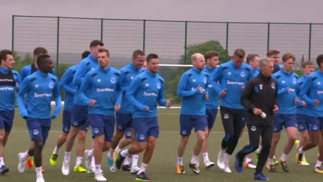 vidéos et rushes de wayne rooney returns to everton; england: merseyside: liverpool: walton: goodison park: ext wayne rooney and everton team along in training rooney... - everton