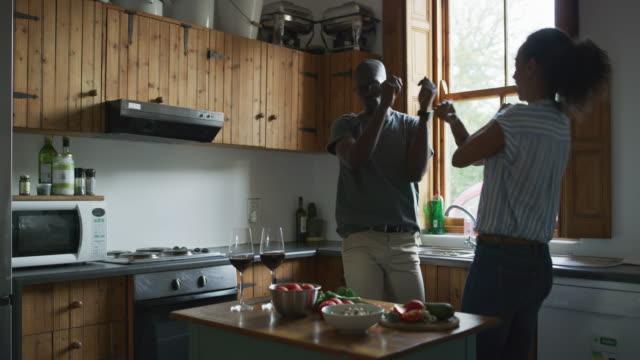 vídeos de stock, filmes e b-roll de nós sempre celebramos nossa comida antes de prepará-lo - flertar
