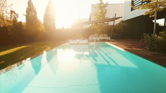 wir genießen den sommer am schwimmbad. - sunbathing stock-videos und b-roll-filmmaterial