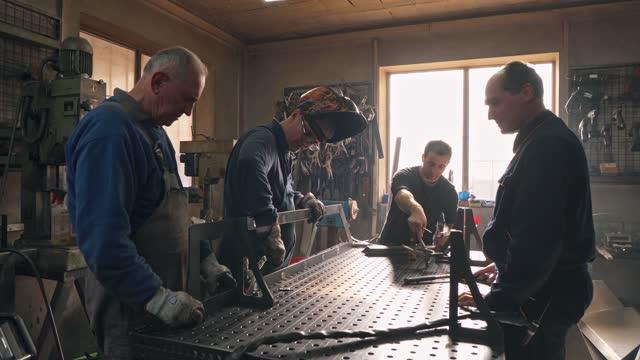 vídeos y material grabado en eventos de stock de somos un equipo experimentado de ingenieros, cualquier tarea no es un desafío para nosotros - cooperación