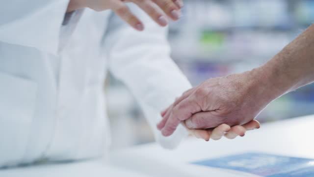 vídeos de stock e filmes b-roll de we care about our patients - farmácia