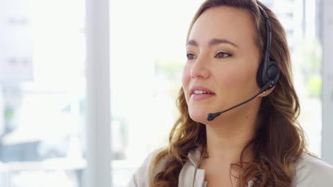vi uppfyller och överträffar ständigt våra kunders förväntningar - hörlurar bildbanksvideor och videomaterial från bakom kulisserna
