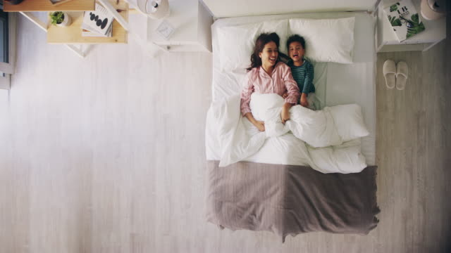 stockvideo's en b-roll-footage met we konden blijven in bed de hele dag - dekbed