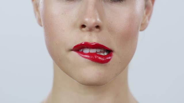 vidéos et rushes de nous avons envie de ce que nous ne pouvons pas avoir - se mordre les lèvres