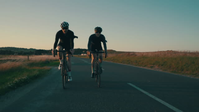 vídeos de stock e filmes b-roll de we enjoy logging miles together - bicicleta