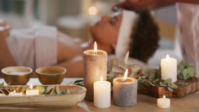 wir konzentrieren uns auf entspannung, aromatherapie und wellness - spa treatment stock-videos und b-roll-filmmaterial