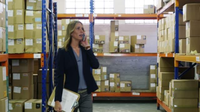 重要な貨物が今日入荷しています - 貯蔵庫点の映像素材/bロール