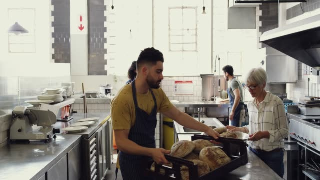 vídeos de stock e filmes b-roll de we keep our bakery well-stocked - employee