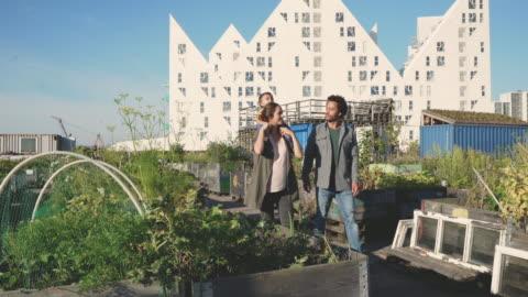 stockvideo's en b-roll-footage met wij wonen in de stad, maar nog steeds een tuin - twee ouders