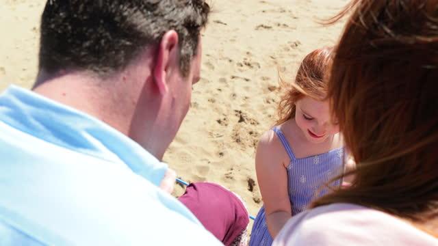 wir lieben den strand! - 8 9 jahre stock-videos und b-roll-filmmaterial