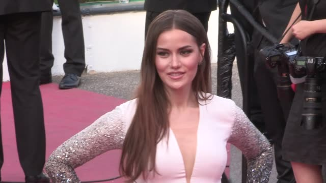 stockvideo's en b-roll-footage met we spotted fahriye evcen anya taylorjoy and george mackay molly sims greta gerwig anna schafer and more on the red carpet for the premiere of the... - george mackay