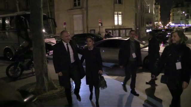 stockvideo's en b-roll-footage met we spotted françoishenri pinault salma hayek and carine roitfeld at saint laurent paris men fashion show in paris on january 25 2015 in paris france - salma hayek