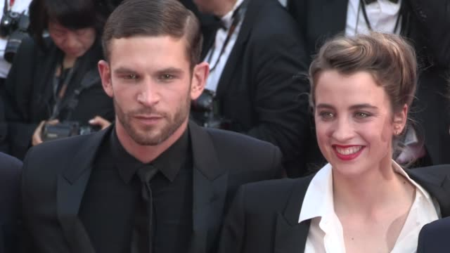 vídeos de stock, filmes e b-roll de we spotted juliette binoche actor arnaud valois director robin campillo actress adele haenel on the red carpet for the closing ceremony of the cannes... - juliette binoche