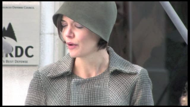 we spotted the american actress and tom cruise s wife katie holmes on the set of her new movie in midtown manhattan the extra man suri s mother was... - tom cruise bildbanksvideor och videomaterial från bakom kulisserna