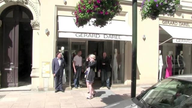vídeos de stock, filmes e b-roll de exclusive we spotted the american actress eva longoria arriving at gerard darel store in cannes then she walks on the main shopping street of cannes... - exclusivo