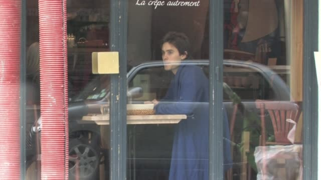 vidéos et rushes de we spotted the american movie star jared leto also known as the lead singer of 30 seconds to mars enjoying a well deserved day off in the city of... - museum