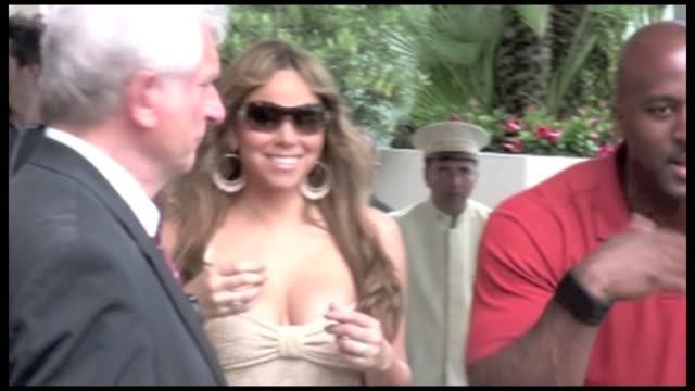 we spotted the american singer mariah carey entering canal' studio she leaves canal plus with lee daniels and lenny kravitz then she goes back to the... - mariah carey stock-videos und b-roll-filmmaterial