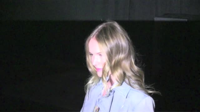 vídeos de stock, filmes e b-roll de we spotted the celebrities attending the theory spring 2013 fashion show among themkate bosworth doutzen kroes julianne hough and more celebrities... - supermodelo