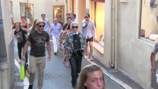 we spotted the german designer of chanel karl lagerfeld at sennequier bakery and walking in the streets of saint tropez france saint tropez france on... - nordeuropäischer abstammung stock-videos und b-roll-filmmaterial
