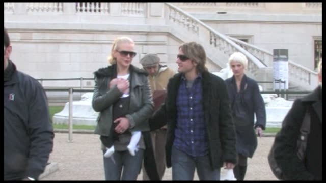 we spotted the kidman family, nicole kidman, her husband keith urban and their baby girl sunday rose kidman urban leaving the grand palais in the... - ニコール・キッドマン点の映像素材/bロール