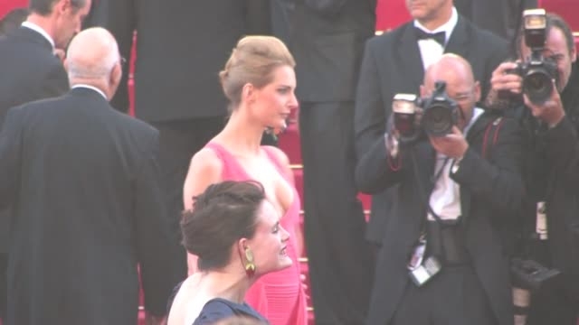 "vídeos de stock, filmes e b-roll de we spotted the red carpet of ""the artist"" during the cannes film festival the 64th annual cannes film festival - ""the artist on may 15, 2011 in... - jean dujardin"