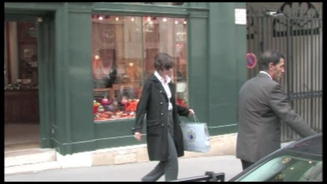We spotted Tom Cruise s wife Katie Holmes shopping by herself in Paris the Hollywood actress went to a few Galleries in the famous Quartier Saint...