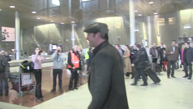 vídeos de stock, filmes e b-roll de we were a hundred to wait for the new movie french superstar jean dujardin at charles de gaulle airport in paris. the actor won the oscar of the best... - jean dujardin